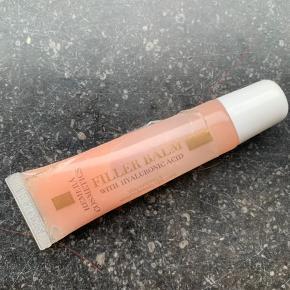 Filler balm fra Hemerá Cosmetics  indeholder det aktive molekyle hyaluronsyre. Hyaluronsyre molekylet binder væske i vævet og efterlader læberne synligt fyldigere og fugtede i dybden.  Hyaluronsyre findes naturligt i hudens bindevæv hvor dets funktion er at binde væske, samt skabe elasticitet. Ved at tilføre ekstra hyaluronsyre til læberne, får du mulighed for at binde ekstra væske i huden.