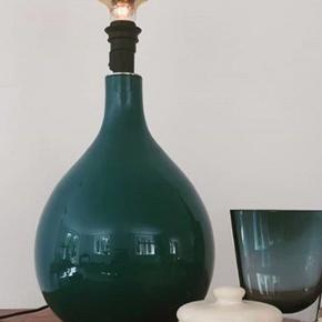 🦋Smuk stor fransk vintage blå svungen glaslampe med helt ny sort stofledning og mulighed for at sætte skærm på.  Pris: 500 kr
