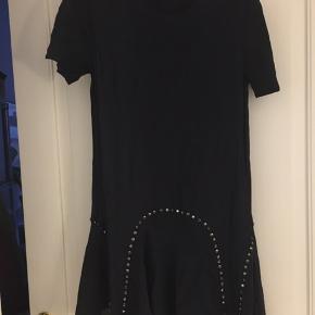 Super fin og festlig kjole fra Zara i meget mørkeblå med små fine detaljer der giver den lidt kant.  Let og luftigt stof.