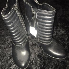 Mega fede Ankelstøvler sælges helt nye  Lyset driller, de er helt sorte