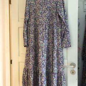 Næsten ny kjole (brugt få gange) sælges da jeg ikke længere får den brugt.   Løs og lang kjole, som går mig til midt på skinnebenet og jeg er 1,62 høj.