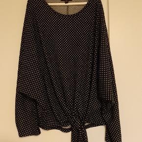 Fed boheme-bluse med sløjfe-/bindedetalje.
