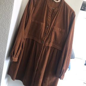 Fin kjole fra ZARA, brugt en gang og fejler intet - bytter ikke og sender kun på købers regning 😊  Nypris 450