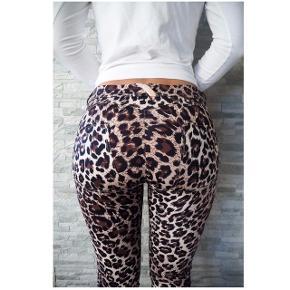 Sælger mine WR.UP Freddy bukser, da jeg ikke passer dem. De har været brugt to gange. Low waist med leopard print Kan hentes på Amager  Eller sendes med DAO for 35kr
