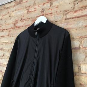 Moncler cardigan  Størrelse XX-Large. Fitter X-large Condition 8/10 pga lille flaw på logo   Mindstepris: 2500,-