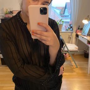 Super smuk trøje fra Zara, med fængende detaljer   160kr. Inklusiv fragt