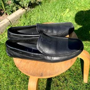 Et par lækre Prada Loafers i virkelig god kvalitet. Str UK 9,5 (EU 44) . Brugt få gange