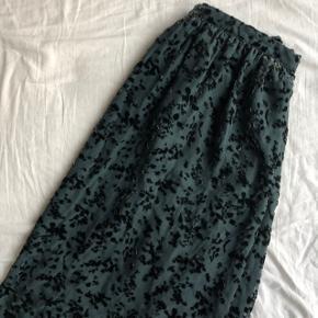 Flot nederdel i lækkert stof. Den går til under knæene 💚🖤