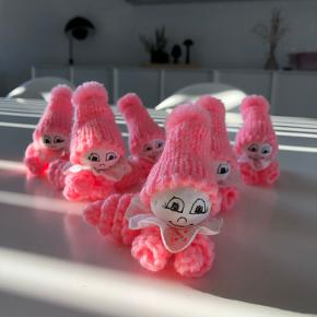 Strikkede / hæklede små dukker til pynt. Fx til barnedåben. 12 stk i alt.