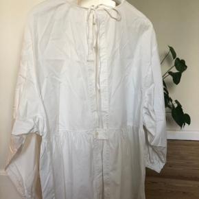 Oversized hvis bluse/skjorte fra Cos med store ærmer og dyb åben ryg.