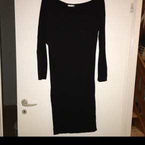 St Martin s kjole strech tæt siddende med løsere overdel og udskæring ved skulderne. Str s/m np 600kr