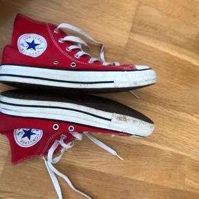 Sælger disse røde converse i str. UK 4.5 (svarer til en str.37)