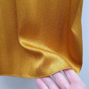 Mega flot ❤ silketop fra Six Ames str. tilsvarende 38. Sjælden og udsolgt model 🌼 Fantastisk at have på. Desværre kan jeg ikke passe den længere og kun derfor må sælges. Aldrig brugt eller vasket. 95% silk,  5% spandex, så den er elastisk.