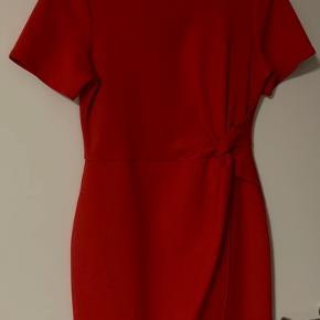 Flot rød kjole. Brugt en enkelt aften.  Betaling over mobilepay plus forsendelse.