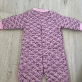 Termodragt fra Soft Gallery i rosa med lilla mønster. Lynlås næsten helt ned til foden, så den er nem at tage af og på. Nmm. Fra dyre- og røgfrit hjem. Sender gerne. Prisen er plus evt. porto.