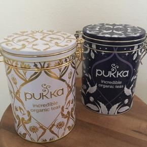 Fine metaldåser i guld og lilla, ingen ridser eller buler. Har brugt dem til opbevaring af te.