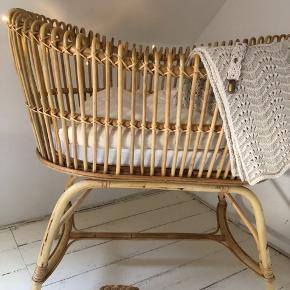 Babyseng fra Bonet et Bonet i rattan / bambus, med tilhørende madres. ALDRIG brugt!    Nypris: 3.400 kr.    Mål: 90x60x90 cm     Skal afhentes i København K