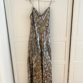 Fin lang Metallic Ganni kjole. Str.38. Brugt 1 gang. Mp: 800kr 🌷