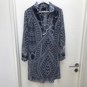 Sand skjorte/kjole i str. 40 - brugt få gange og er i super fin stand - 100% polyester - nypris 2500kr. Bytter ikke og sender på købers regning 🛍
