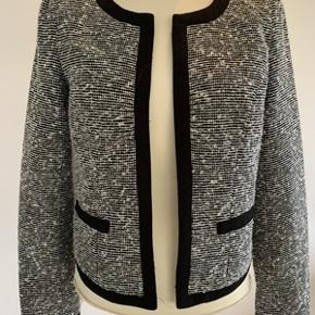 Super fin jakke i meleret stof fra Vila str. S. Jakken fremstår som næsten ny, har kun været brugt en enkelt gang. Længde 55 cm. Fra ikke ryger hjem.