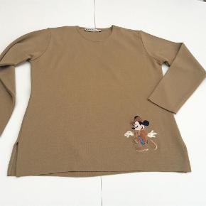 Varetype: Fin ny klassisk Donaldson bluse med applikation Farve: Mørk camel  Materiale: 50% uld, 50% akryl   Mål under ærmer: 2 x 54 cm  Fra nakke til underste kant: 67 cm