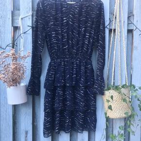 Smuk kjole fra envii. Lidt gennemsigtig i toppen, men har underkjole i det nederste💙