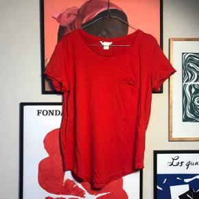 Pæn t-shirt fra H&M i str. M 🍎 rigtig pæn stand, brugt få gange! Har opsmøg på ærmer samt lomme på det ene bryst 💖   Bemærk - afhentes ved Harald Jensens plads eller sendes med dao. Bytter ikke 🌸  💫 T-shirt bluse shirt rød hm h&m
