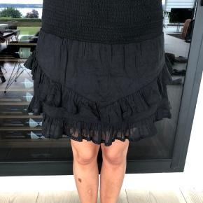 Sort nederdel fra Neo Noir i str. s - den er brugt en enkelt gang. Nypris 400kr. Sælges også i hvid.
