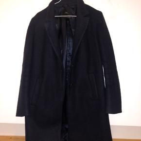 Sælger min zara jakke, som er mørkeblå. Den er blevet brugt, men er stadig i god stand.  God jakke til foråret