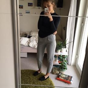 Rare bershka bukser med et mere formelt udtryk. Egentlig str Xs men de er ret stramme i taljen og kan derfor blive et problem om numsen 😅 derfor rettere en Xxs.  Jeg er 160cm høj