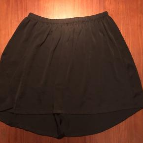 2 nederdele. Sort nederdel fra Moss Copenhagen  Stof nederdel fra H&M   Prisen er for begge nederdele