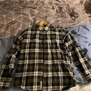 Mega fed, ternet carhartt skjorte. Brugt få gange, men uden nogen slid-skader på skjorten. Jeg er omkring 188 på billederne og den passer mig fint. Skriv for flere billeder eller andet. BYD gerne.