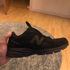 New Balance 990 V4, Brugt 3 gange, triple black, ikke en sko farve man ser så ofte!   Boks kan medfølge efter ønske  Kan fitte 42 og 43