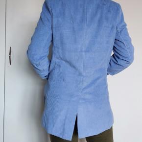 Fin velour blazer i en flot blå farve. Lidt oversize. Brugt meget få gange.