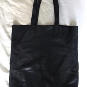Skøn taske/mulepose i ægte læder fra pieces. Der er nitter på den ene side som gør den lidt rå. Standen er rigtig fin.  Skulle du være interesseret i andre af mine annoncer,kan vi finde en rigtig din pris :)  Læder totebag mulepose taske nitter ægte sort