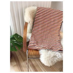Lækker knælang højtaljet stribet nederdel fra Moss CPH den er ikke brugt og sidder stramt. Str S  Med stretch