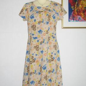 Så lækker en kjole fra Jackpot. Brugt max. 2 gange, så den er SOM NY. Kjolen er i to tynde lag (ikke gennemsigtig), men ærmerne er i et tyndt lag. Rigtig flot knaplukning i nakken  Brystvidde: max. 47 cm x 2 Livvidde: 42 cm x 2 Længde: 103 cm.  Ingen byt, og prisen er fast