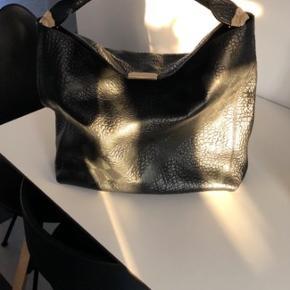 Burberry taske, købt for 3 år siden i burberry københavn. Nypris 12.000 Brugt meget få gange, ingen slid eller ridser overhovedet, ser ud som ny. Dustbag medfølger.