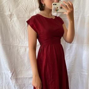 Mørkerød vintage kjole med prikker. Den har oprindeligt været brugt som kostume hos DR. Lynes i siden. Passes af en størrelse XS/S, ses på en størrelse S på billederne.  Se også mine andre annoncer, jeg giver mængderabat🧚🏼♀️✨  Søgeord: vintage, retro, genbrug