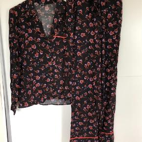 Varetype: Bluse bukser sæt mønster Størrelse: S Farve: Multi Oprindelig købspris: 950 kr.  Smukt sæt i skjorte og bukser fra MbyM Er aldrig blevet brugt, købt denne sæson  Nypris 950kr  Se også mine andre annoncer :-)