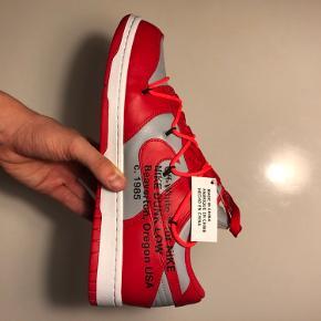 Nike Dunk Low - Off-White University red 🛑🛑🛑🛑🛑🛑🛑🛑🛑🛑🛑🛑🛑🛑🛑 Str: 44 Cond: Deadstock 10/10 Alt OG  Off White dunks som aldrig er brugt  De koster ligenu 4550 på StockX. Så der er en del at spare plus hurtigt fragt😉 Super lækkert par sneaks og pisse fede🤩  Har en masse andet til salg, tag endelig et kig😉