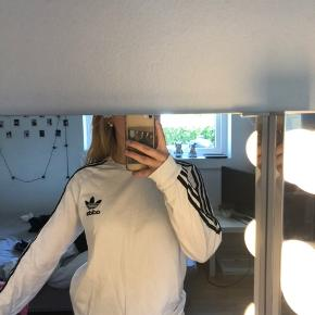 Sælger denne Adidas langærmet i en størrelse 15-16 år, som også svarer til en s/m.   Np: 250 Mp: byd