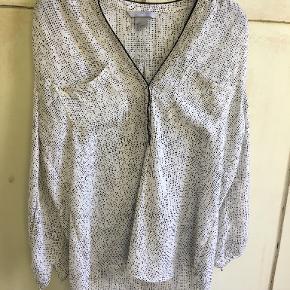 Fin creme/sort top fra H&M i blød polyester i str 38. brystmål: 2x49 cm, længde 60 cm. Bytter ikke. Sælges for 100 kr. Se også mine andre annoncer!!!