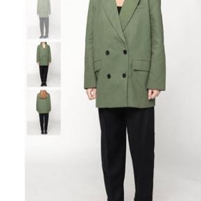 Sælger denne smukke meotine blazer/jakke i str XS/S, dog meget oversize, så kan passes af XS-M .  Nypris er 1800, og den er aldrig brugt. Kom gerne med bud :)