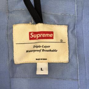 Supreme Hi Vis taped seams jacket Cond. 6/10 grundet misfarvning indeni og almindeligt slid udenpå.  Eftertragtet model og stadig med masser af liv.  Mp. 1000