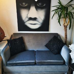 Velour sofa til to personer. En rigtig fin lille sofa som jeg må skille mig af med pga flytning. Den har passet perfekt ind i min et-værelses som lidt ekstra siddeplads 💙