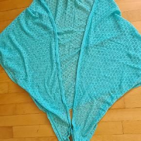 Fra røgfrit hjem.  Bomuld.  Køber betaler porto.  Hvis du køber flere af mine tørklæder, giver jeg mængderabat.