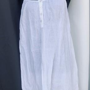 Vila let sommerkjole med justerbare stropper og knapper foran.