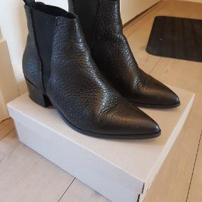 Sorte læderstøvler fra Pavement, næsten ikke brugt, i god stand. Størrelsen er tilsvarende.