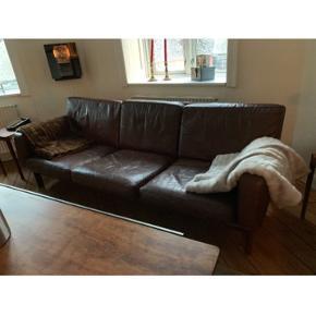 Flot 3 personers lædersofa fra 70erne. Dejlig blødt læder. Har en matchende stol. Sælges helst samlet. Stolen 300kr